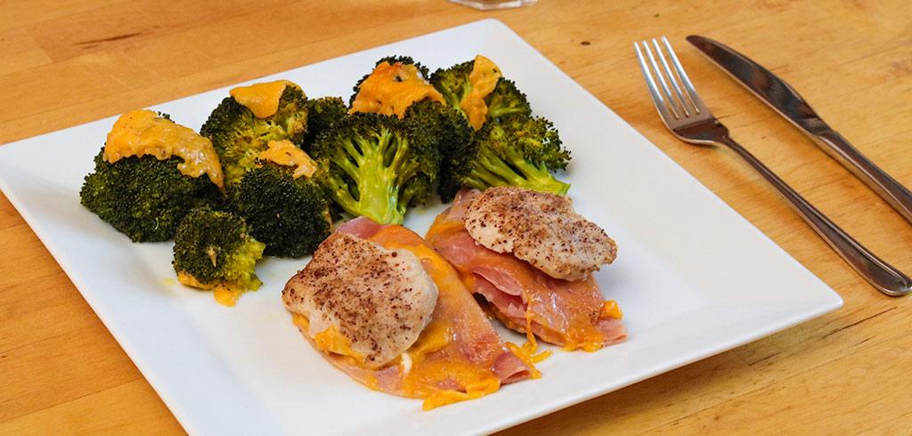 Rezeptbild zu  Low Carb Cordon Bleu Schnitzel mit Brokkoli als Abnehmrezept und zum Fettabbau