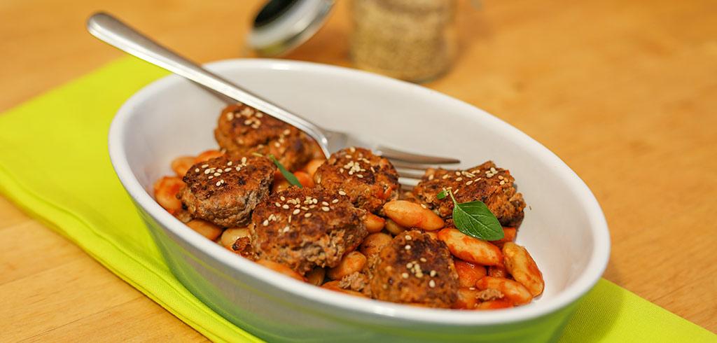 Rezeptbild zu Rinderklöpse mit weissen Riesenbohnen in Tomatensoße als Abnehmrezept und zum Fettabbau