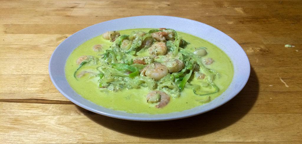 Rezeptbild zu Zucchinispagetti mit Garnelen in Pesto-Sahnesoße als Abnehmrezept und zum Fettabbau