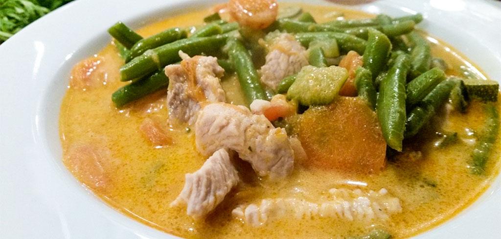 Rezeptbild zu Hühner-Thai-Suppe als Abnehmrezept und zum Fettabbau