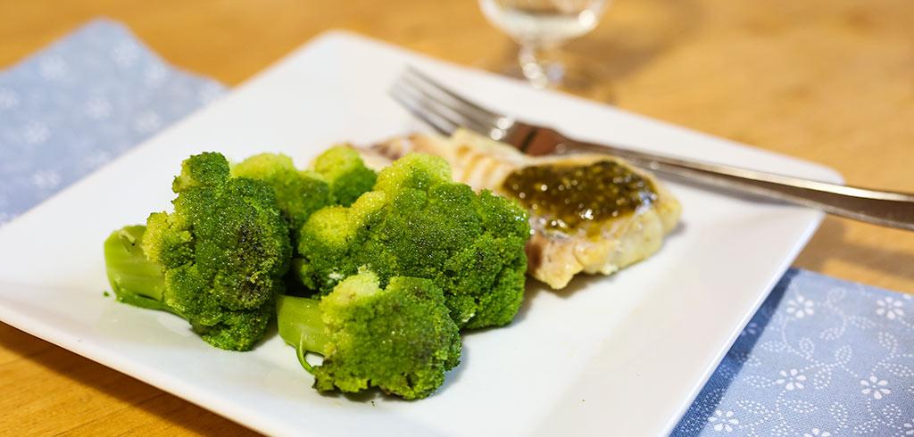 Rezeptbild zu Süßwasserfisch mit Basilikumpesto mit Brokkoli als Abnehmrezept und zum Fettabbau