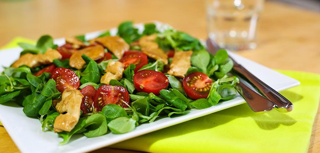 Rezeptbild zu Feldsalat mit Tomaten und hauchdünnen Hähnchenbruststreifen als Abnehmrezept und zum Fettabbau