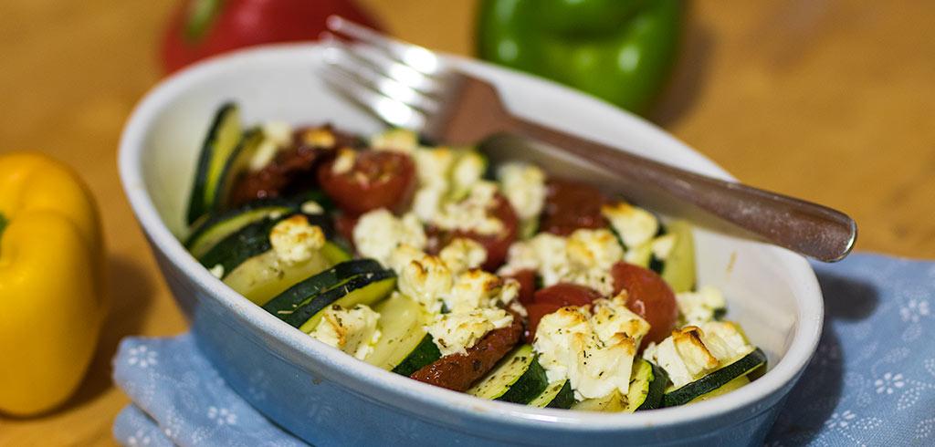 Rezeptbild zu Mediterranes Ofengemüse mit Zucchinis und Feta als Abnehmrezept und zum Fettabbau