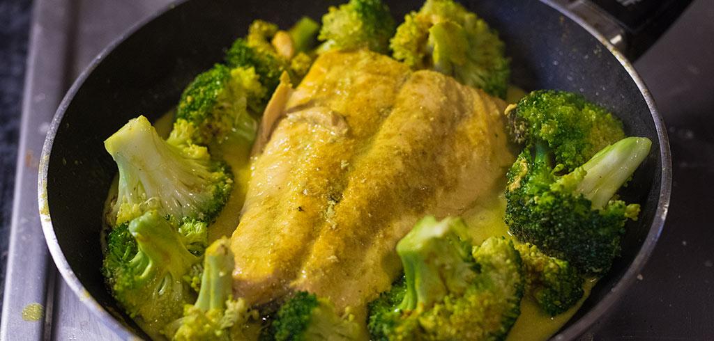 Rezeptbild zu Wildlachs mit Brokkoli auf indische Art als Abnehmrezept und zum Fettabbau