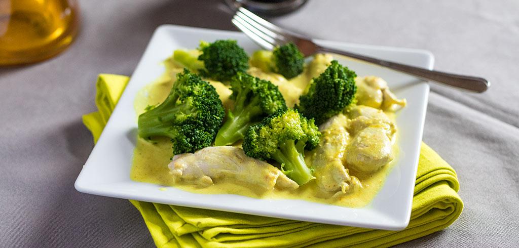 Rezeptbild zu Hühnchenfilet in Erdnuss-Coriander Soße mit Brokkoli als Abnehmrezept und zum Fettabbau