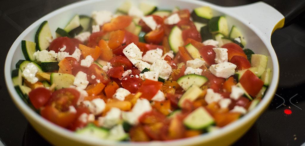 Rezeptbild zu Zucchini Tomaten Paprika Fetapfanne als Abnehmrezept und zum Fettabbau