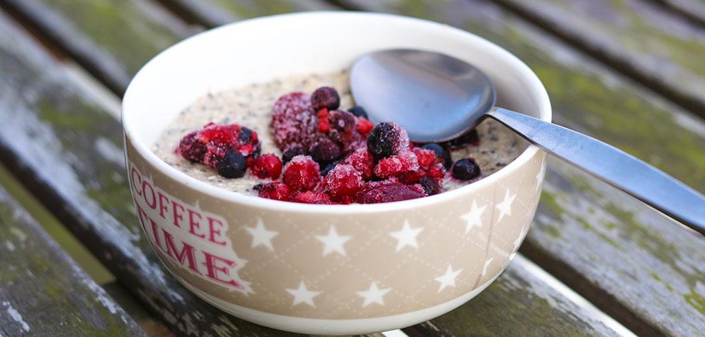 Rezeptbild zu Superfood-Frühstück mit Nüssen, Eiweiß, Beeren, Haferflocken als Abnehmrezept und zum Fettabbau