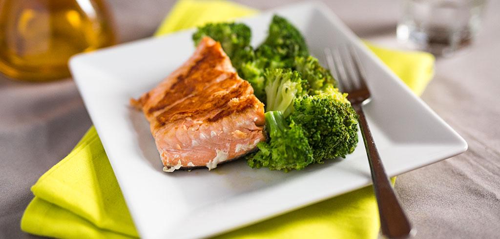 Rezeptbild zu Wildlachs mit Brokkoli und Olivenöl als Abnehmrezept und zum Fettabbau