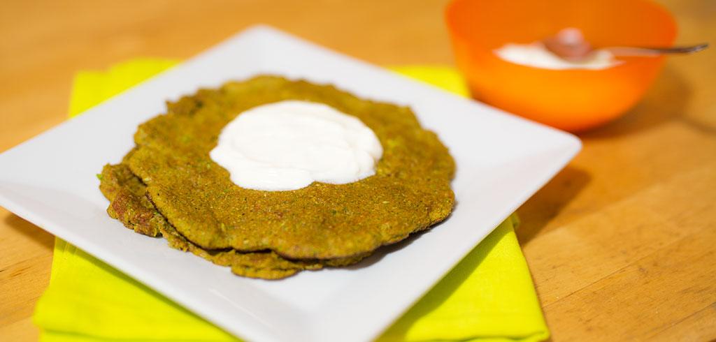 Rezeptbild zu Brokkoli-Puffer mit griechischem Joghurt als Abnehmrezept und zum Fettabbau