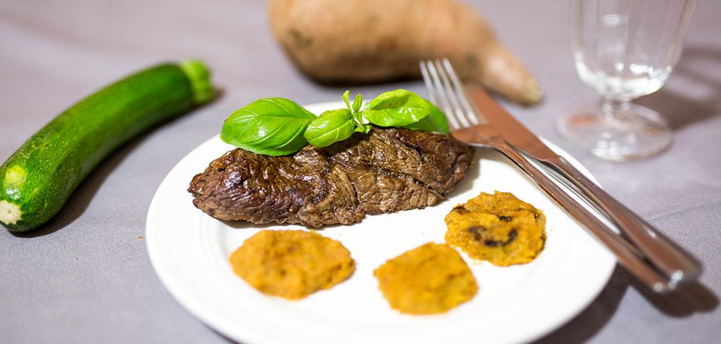 Rezeptbild zu Rindersteak mit Zucchini-Süßkartoffel Taler als Abnehmrezept und zum Fettabbau