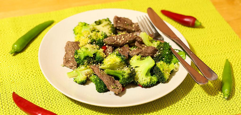 rindfleischpfanne mit sesam und brokkoli als low carb rezept mit wenig kohlenhydraten. Black Bedroom Furniture Sets. Home Design Ideas