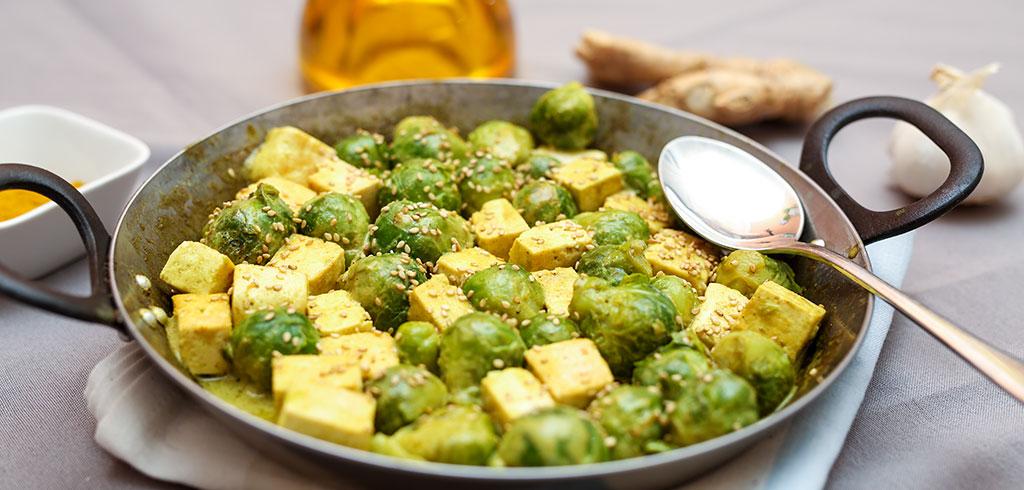 Rezeptbild für Curry-Tofu mit Rosenkohl und Sesam