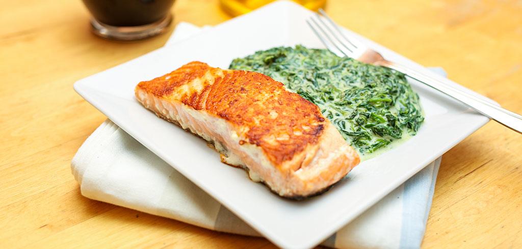 Rezeptbild zu Wildlachs mit Gorgonzola-Spinat als Abnehmrezept und zum Fettabbau