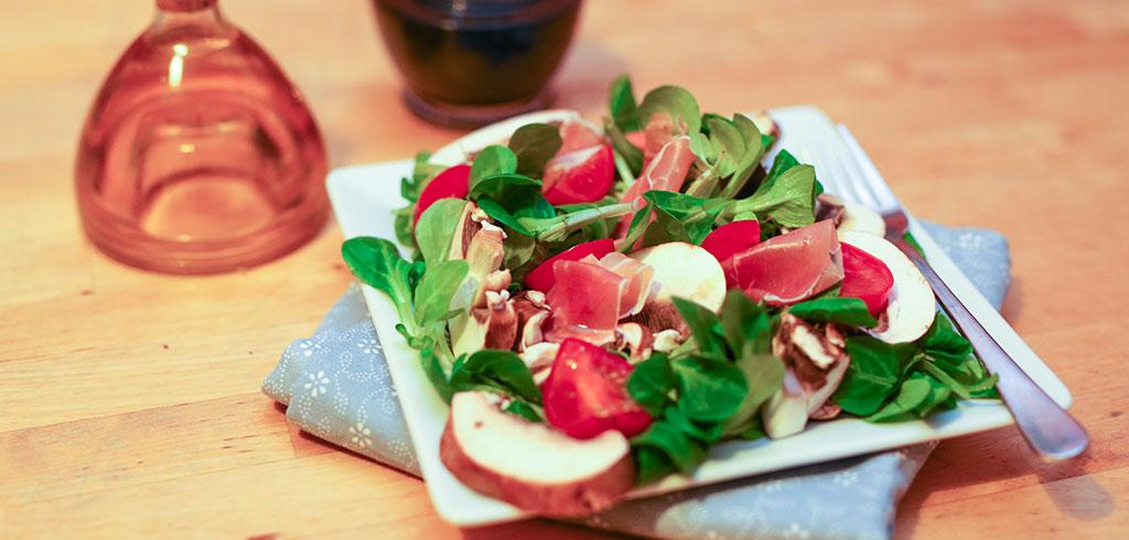 Rezeptbild zu Feldsalat mit Seranoschinken, Tomaten und Champions als Abnehmrezept und zum Fettabbau