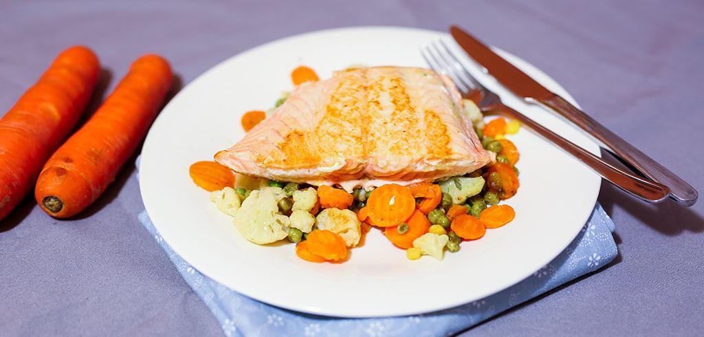Rezeptbild zu Wildlachs auf Buttergemüse als Abnehmrezept und zum Fettabbau