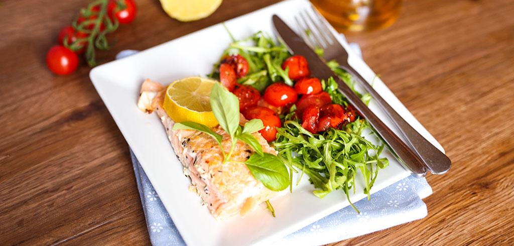 Rezeptbild zu Lachsfilet mit Tomaten-Rucola als Abnehmrezept und zum Fettabbau