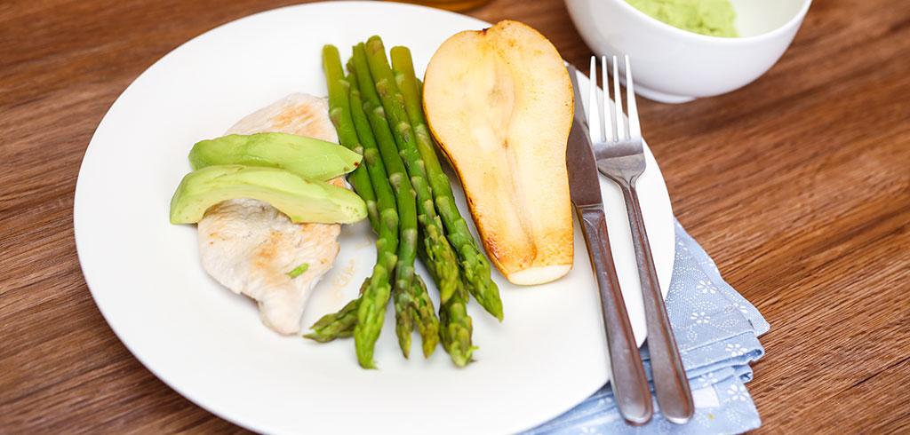 Rezeptbild zu Grüner Spargel mit Avocado(Dip), Hähnchenbrustfilet und Birne als Abnehmrezept und zum Fettabbau