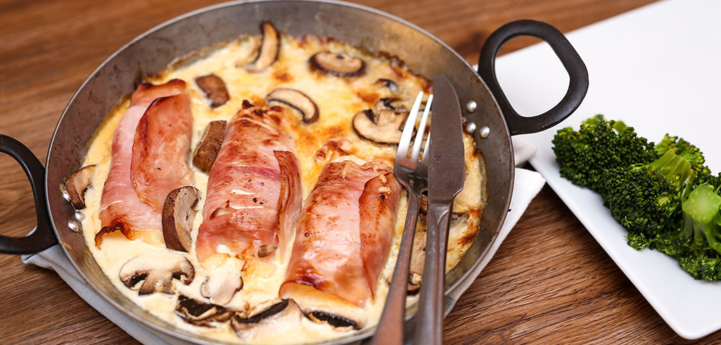 Rezeptbild zu Putenfilet im Schinkenmantel mit Käsesoße und Pilzen als Abnehmrezept und zum Fettabbau