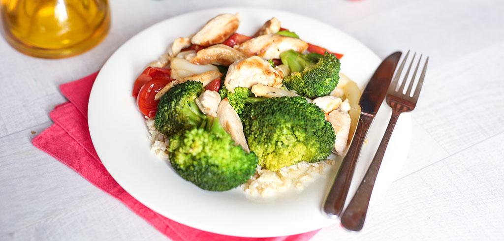 Rezeptbild für Spargelpfanne mit Hähnchen, Brokkoli und Tomaten auf Reis