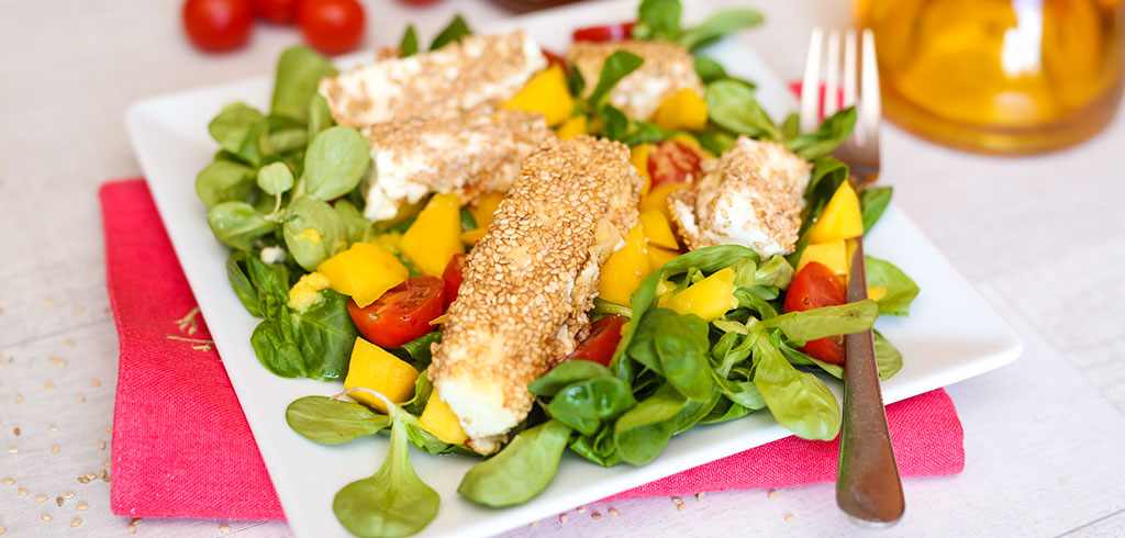 Rezeptbild zu Fetakäse in Sesamkruste mit Mango und Blattsalat als Abnehmrezept und zum Fettabbau