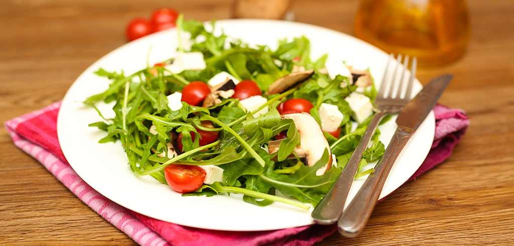 Rezeptbild zu Mediterraner Salat mit Rucola, Feta, Tomaten und Champignons als Abnehmrezept und zum Fettabbau