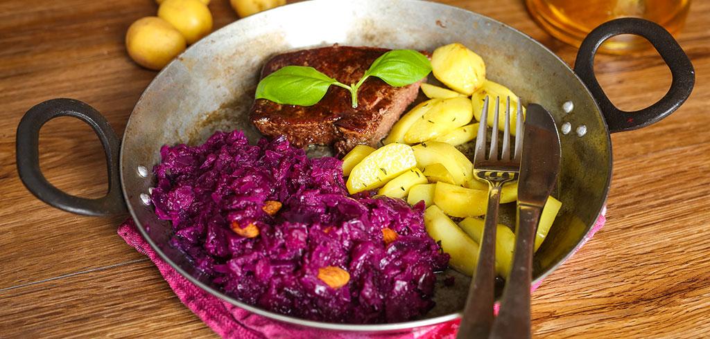 Vorschaubild für Rindersteak mit Ofen-Kartoffeln und Apfel-Rotkohl