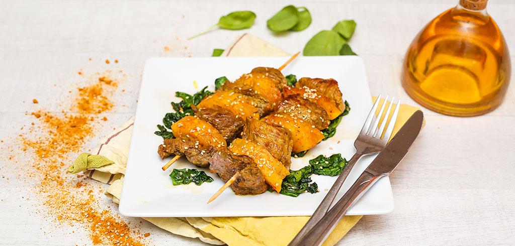 Rezeptbild zu Rindfleisch-Ananas-Spieße mit Sesam-Blattspinat als Abnehmrezept und zum Fettabbau