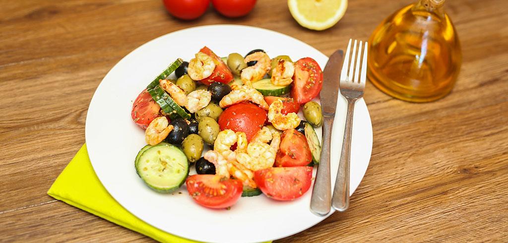 Rezeptbild zu Garnelen auf Gurken-Tomaten-Salat mit leckeren Oliven als Abnehmrezept und zum Fettabbau