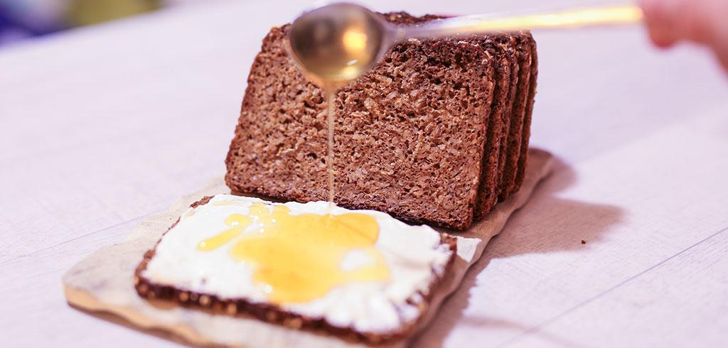 Rezeptbild zu Vollkornbrot mit Quark und Honig als Abnehmrezept und zum Fettabbau