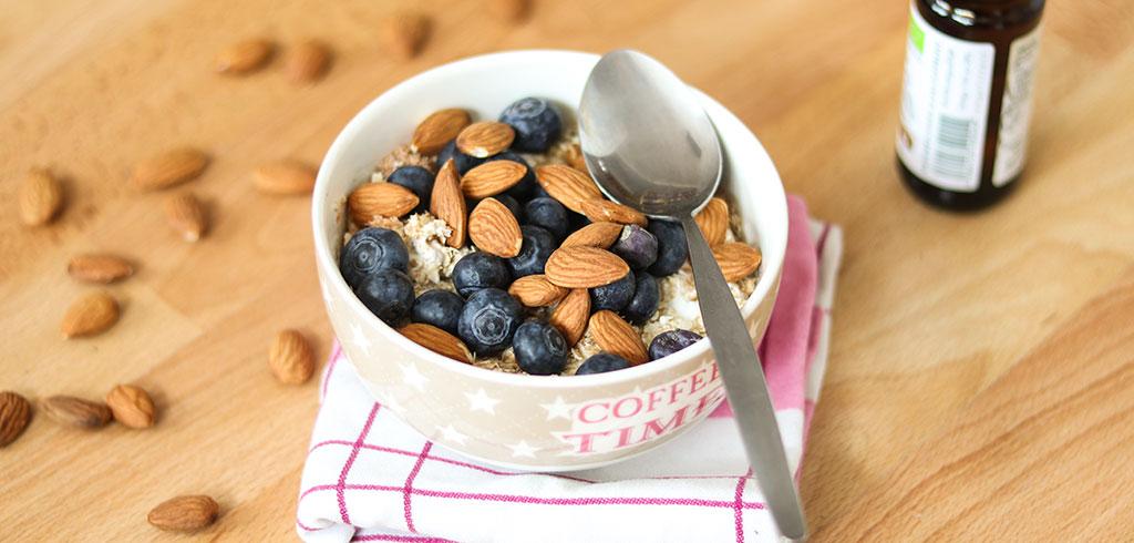 Rezeptbild zu gesundes Beeren-Frühstück mit Quark, Joghurt, Haferflocken und Nüssen als Abnehmrezept und zum Fettabbau