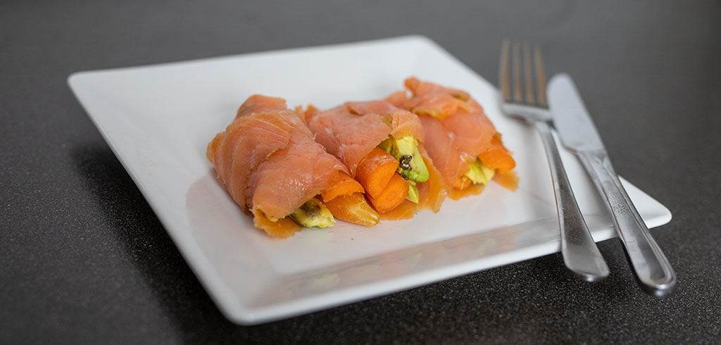 Rezeptbild zu Lachsröllchen mit Avocado, Gurke, Karotten als Abnehmrezept und zum Fettabbau