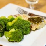 Vorschaubild für Süßwasserfisch mit Basilikumpesto mit Brokkoli