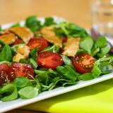 Vorschaubild für Feldsalat mit Tomaten und hauchdünnen Hähnchenbruststreifen