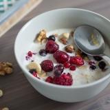 Vorschaubild für gesundes Powerfrühstück mit Haferflocken, Nüssen und Beeren