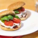 Vorschaubild für Power Burger mit Huhn, Tomaten, Mozzarella