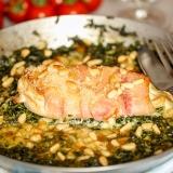 Vorschaubild für Ofen-Putensteaks mit Spinat-Gorgonzola-Sauce und Pinienkernen