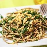 Vorschaubild für Spaghetti in Grünkohl mit Pinienkernen und Olivenöl