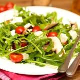 Vorschaubild für Mediterraner Salat mit Rucola, Feta, Tomaten und Champignons