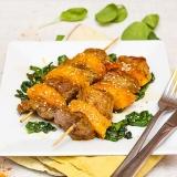 Vorschaubild für Rindfleisch-Ananas-Spieße mit Sesam-Blattspinat
