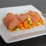 Vorschaubild für Lachsröllchen mit Avocado, Gurke, Karotten