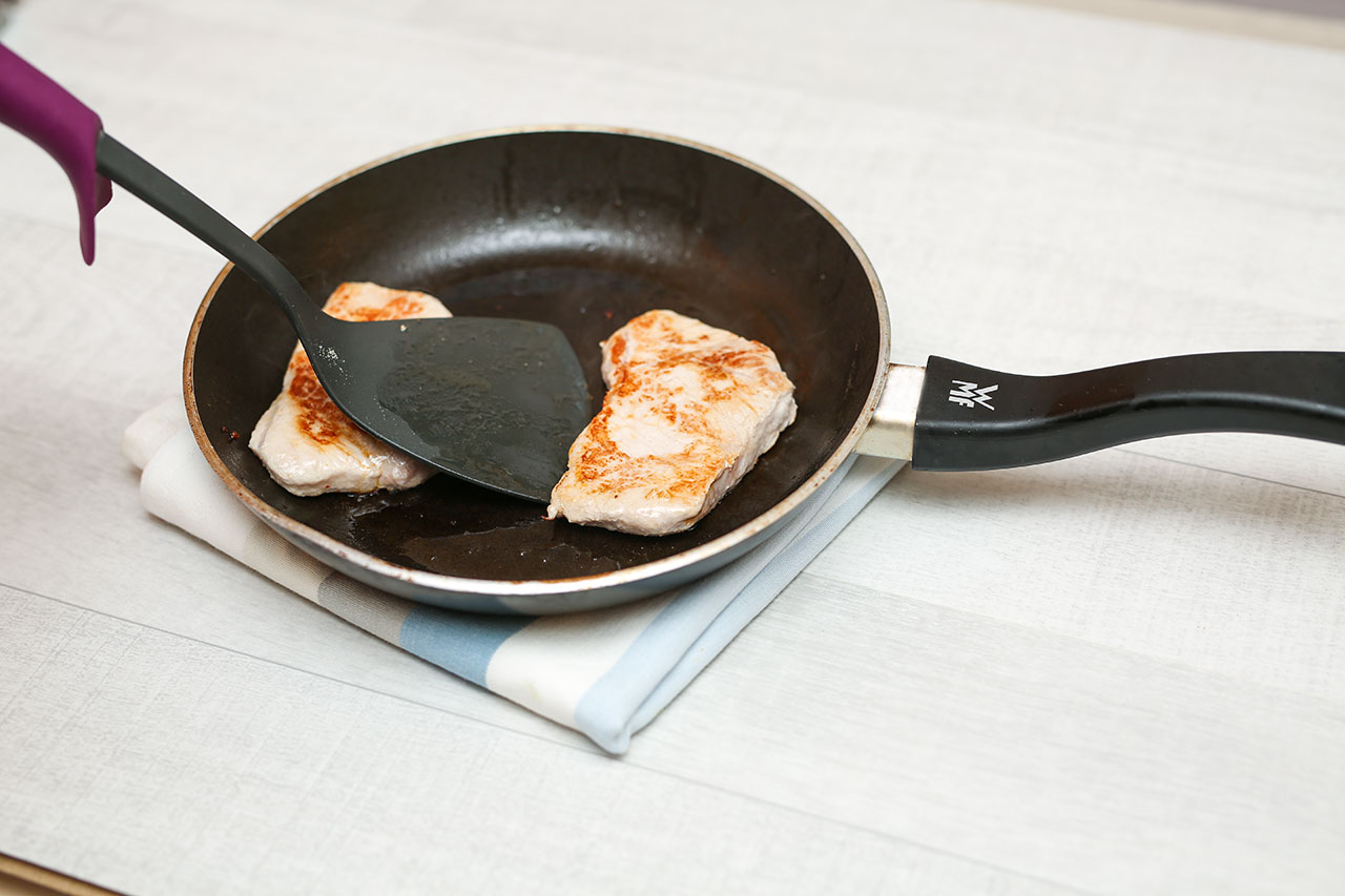 Brate in einer beschichteten Pfanne mit etwas Rapsöl die Hähnchenbrustfilet scharf an (ca. 1-2 Minuten von jeder Seite ).