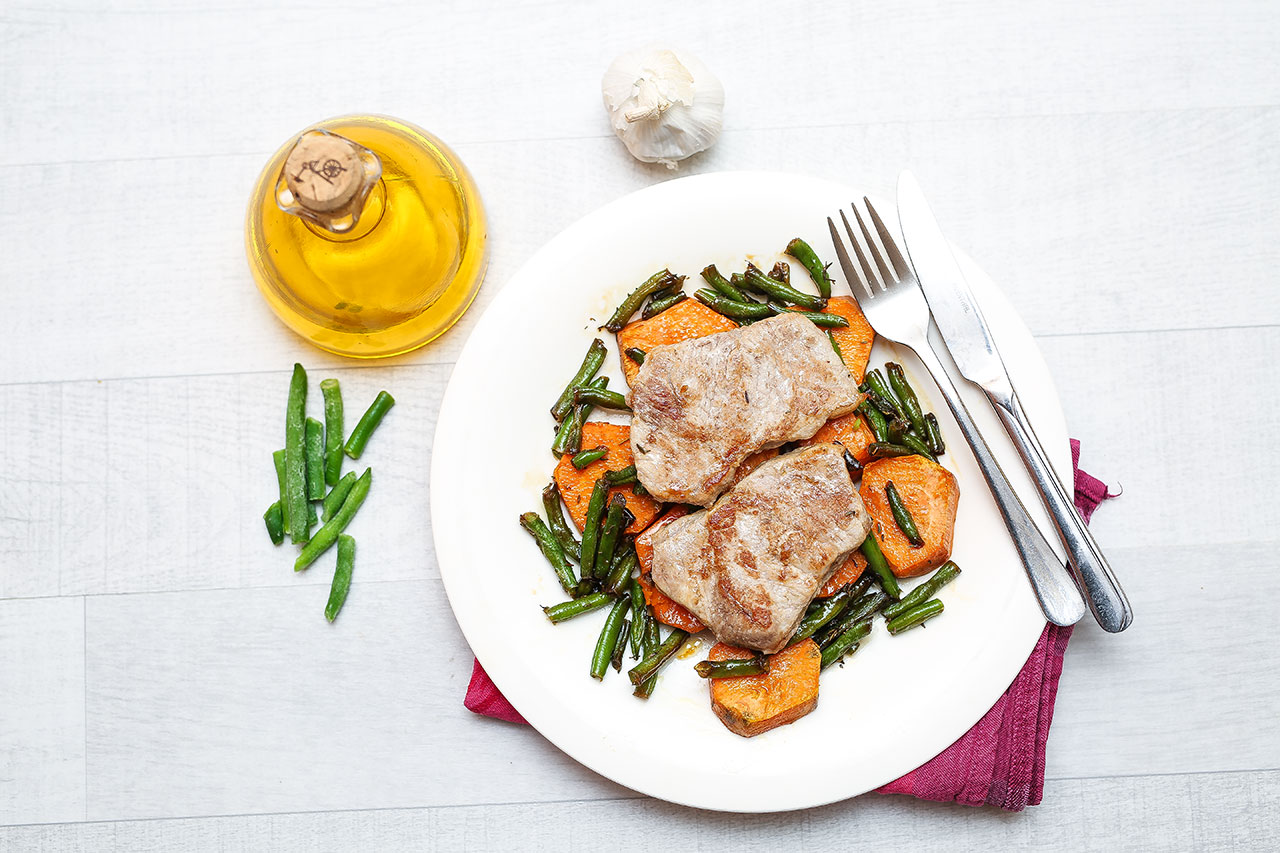 Fülle die Süßkartoffelscheiben auf einen Teller und dann die Bohnen darauf. Zum Schluss kommt das Hähnchenbrustfilet.