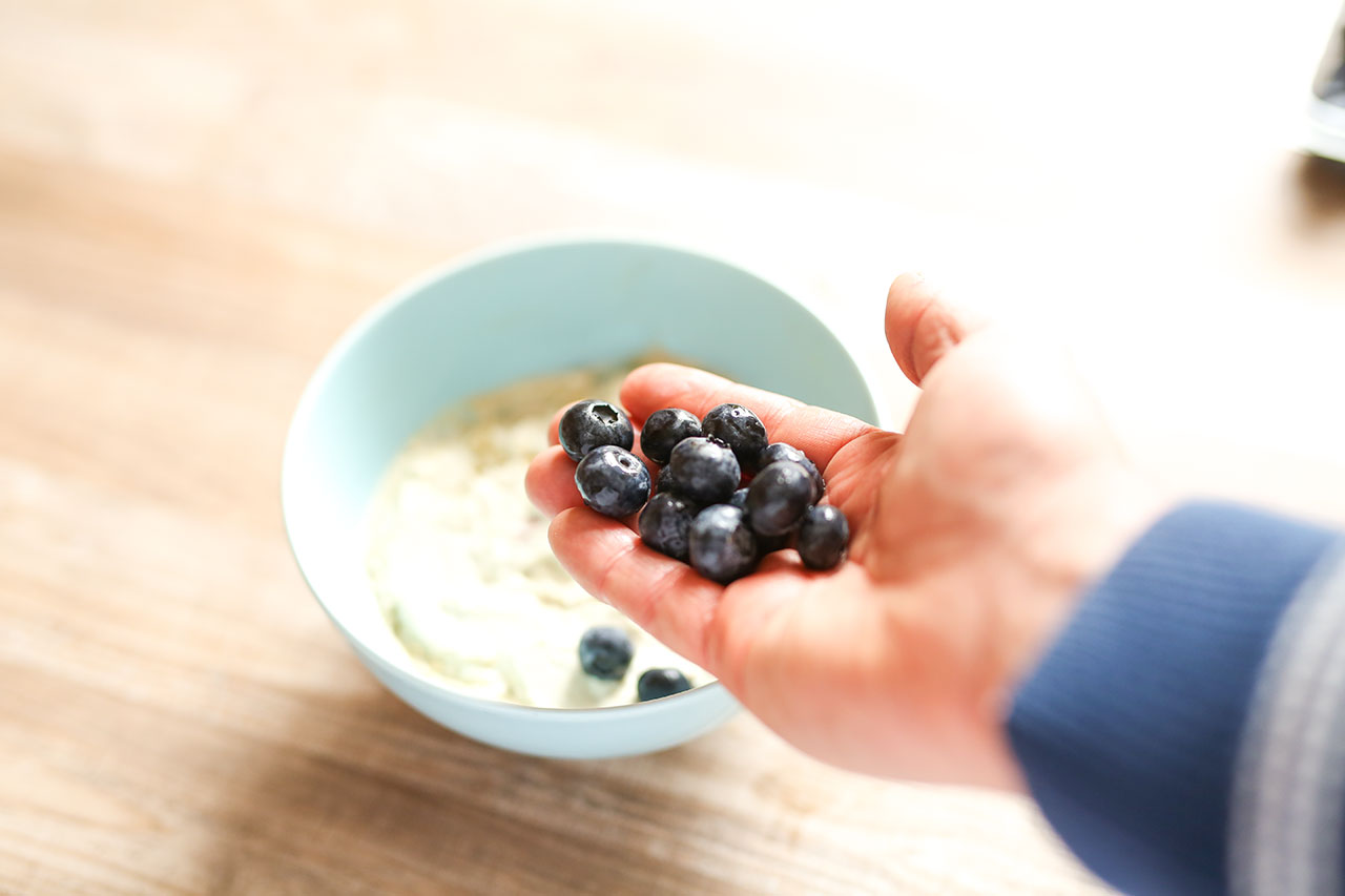 Alles gut durchrühren und glätten. Als letzten Schritt legst du dann die Früchte z.B. Heidelbeeren auf die Quarkmischung