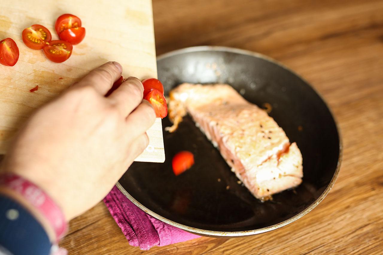 Nachdem das Fleisch ca. 3-4 Minuten angebraten wurden legst du die Tomaten und den Knoblauch in die Pfanne. Würze das Gemüse mit Thymian und Kräutern der Provence