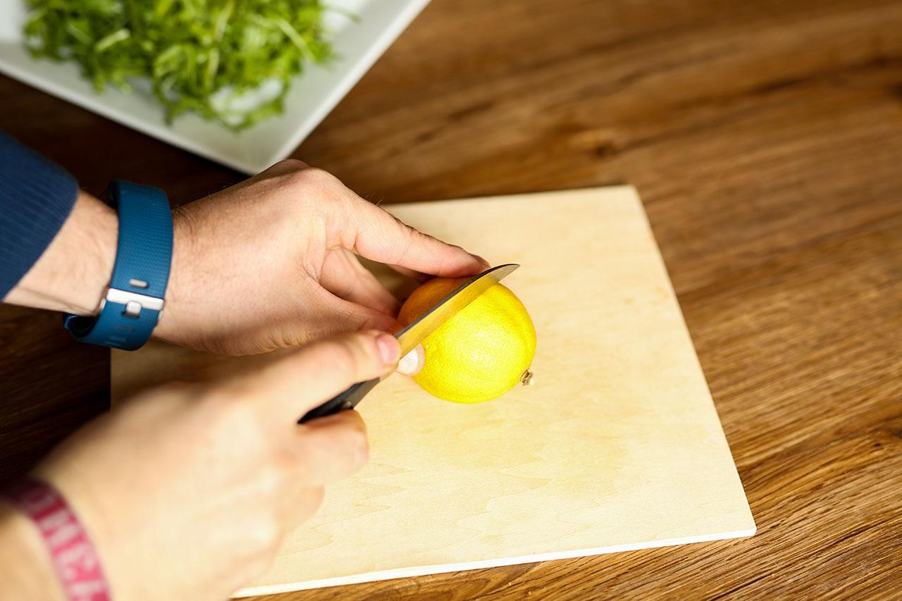 Zitrone in kleine Scheiben schneiden