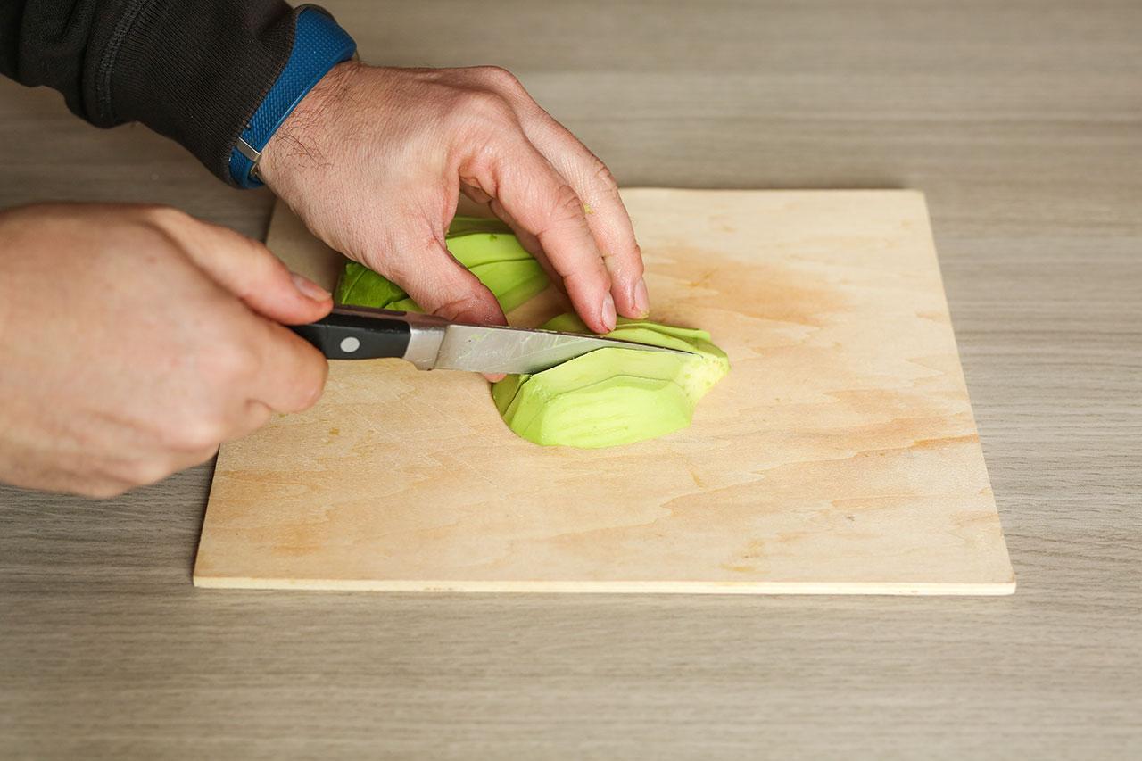 Das Fruchtfleisch schneidest du in Spalten und legst zwei Stücke zur Seite.