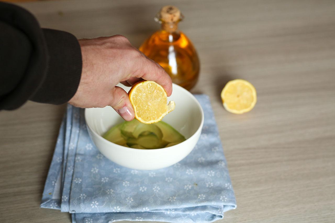 Die restliche Avocado mischst du mit dem Saft einer halben Zitrone und 1,5 EL Olivenöl. Mit dem Mixstab cremig pürieren