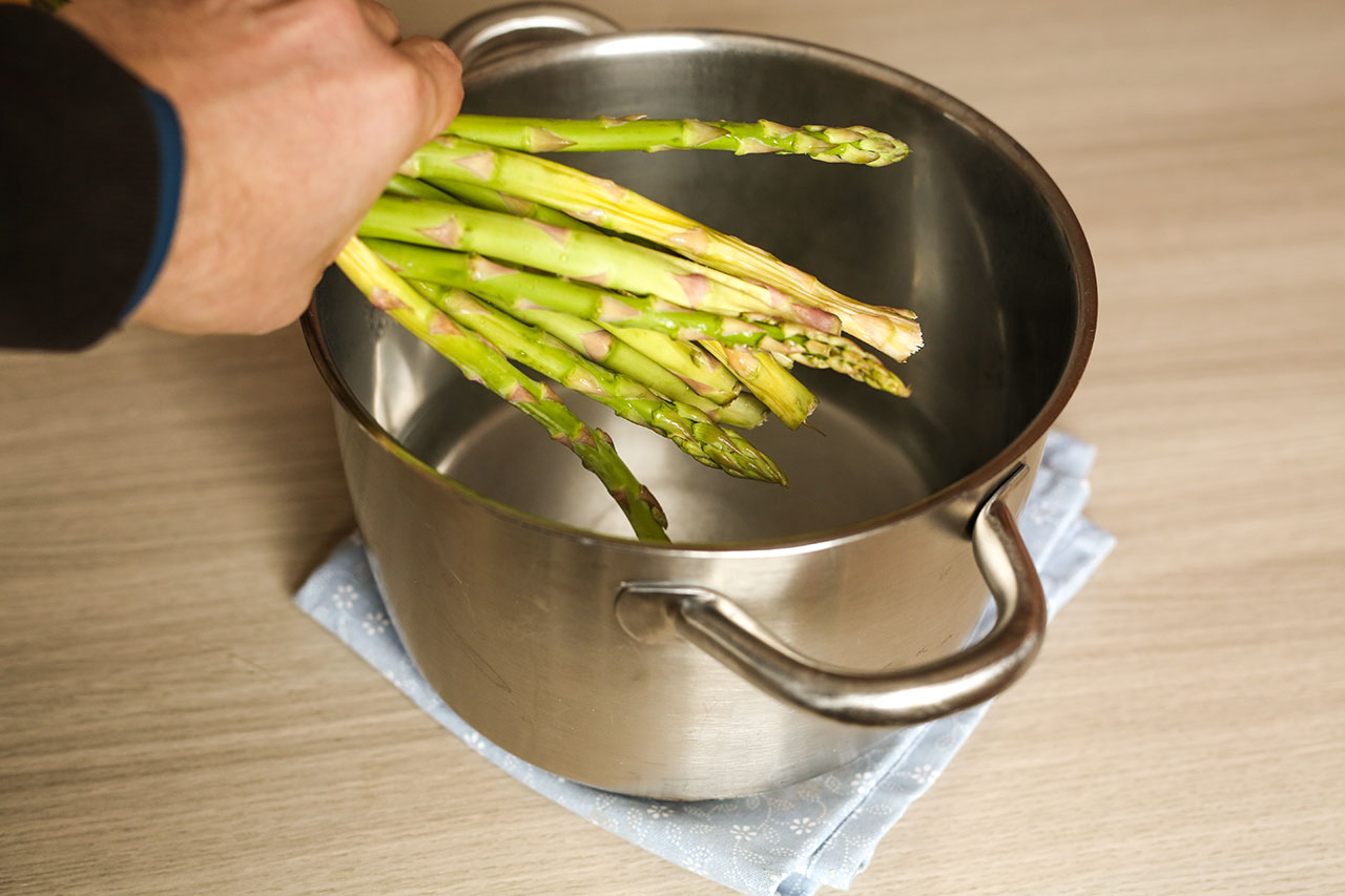 Wasche den grünen Spargel und schneide die Enden ab (ggfs die Enden schälen) Wasser in einem breiten Topf aufsetzen und zum Kochen bringen. Gebe dann den Spargel in den Kochtopf und lasse ihn ca. 5-6 Minuten im Wasser kochen.