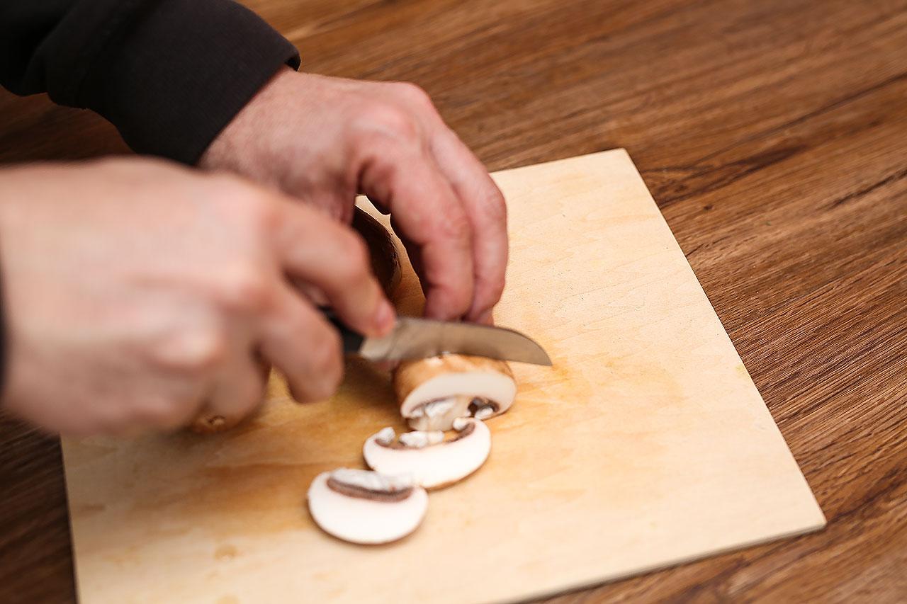 Pilzen waschen und in Scheiben schneiden