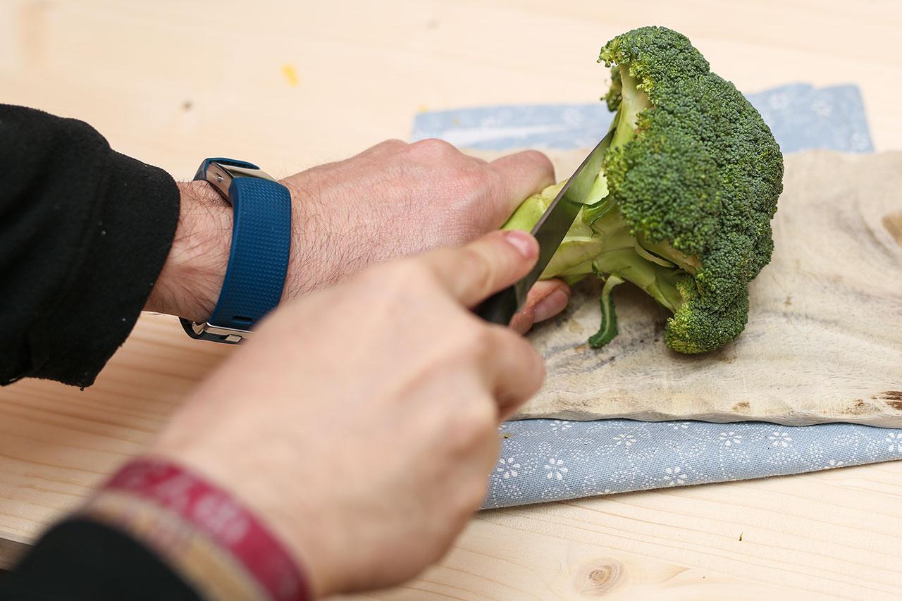 Brokkoli waschen und die Röschen abschneiden. Dann in einem Topf ca. 10 Minuten kochen lassen.